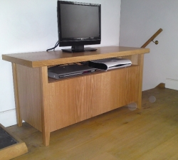 Free standing entertainment unit